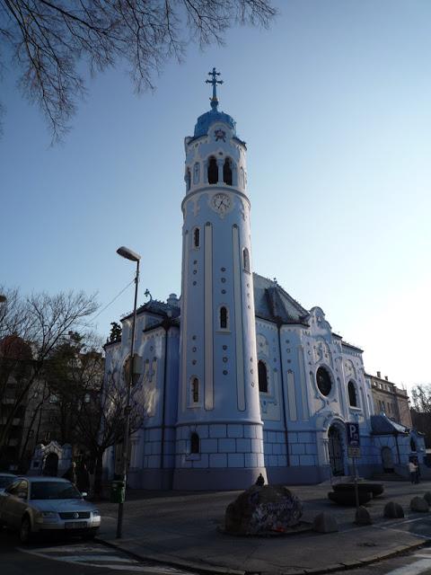 Le clocher cylindrique est haut de 36 mètres.