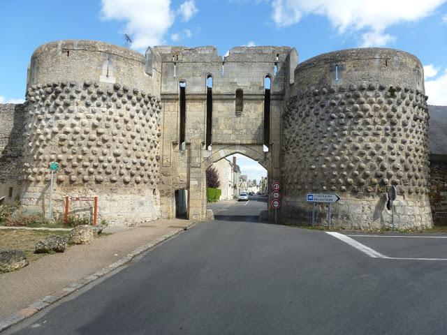 La porte, construite au XIIIe siècle, a ensuite été modifiée probablement au milieu du XVe siècle