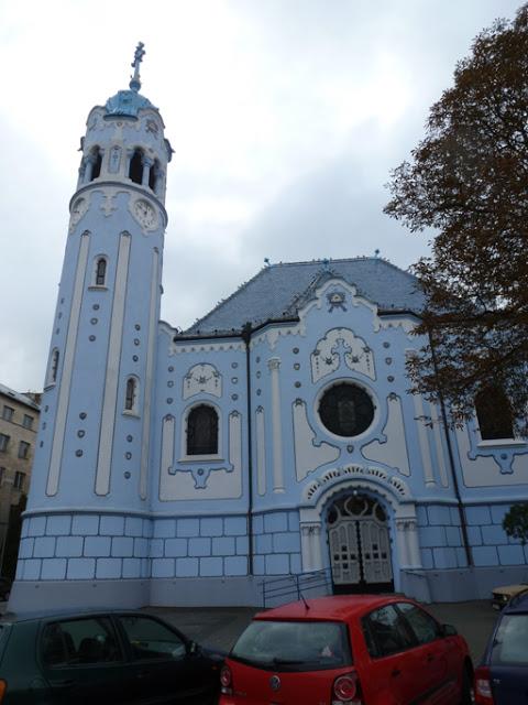 La façade nord de l'église bleue.