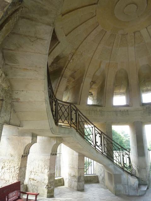 La rampe en fer forgé de l'escalier du RdC est ornée de deux C entrelacés (un pour le duc de Choiseul et l'autre pour sa femme, Louise Honorine Crozat).