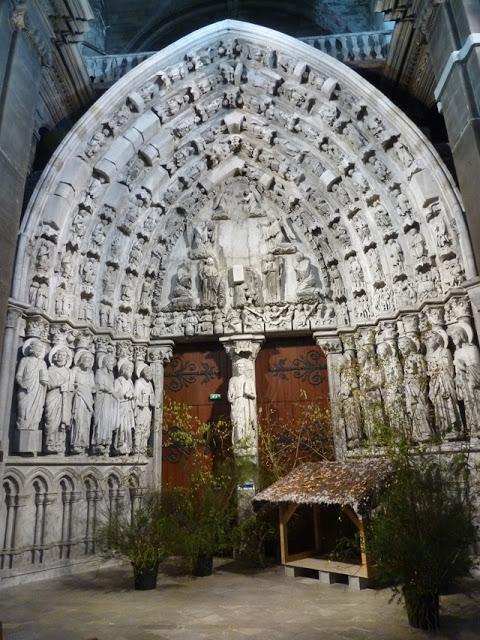 De la cathédrale gothique, il ne reste plus que le portail central de sa façade occidentale.