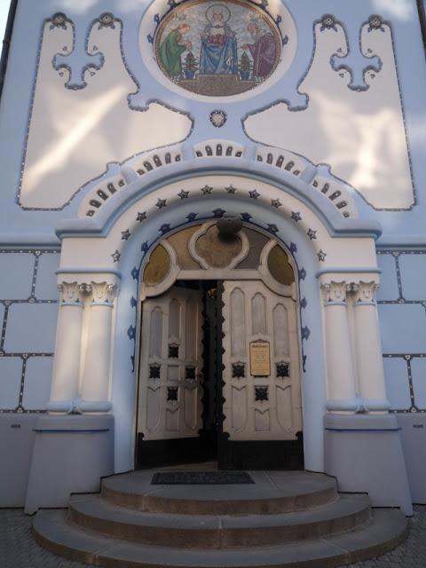 L'entrée principale est surmontée d'une mosaïque représentant le miracle des roses de sainte Élisabeth de Hongrie.