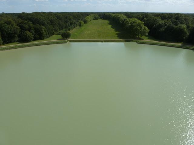 Le grand canal, construit dans le prolongement de la pièce d'eau en demi-lune, est aujourd'hui visible sous la forme d'un boulingrin