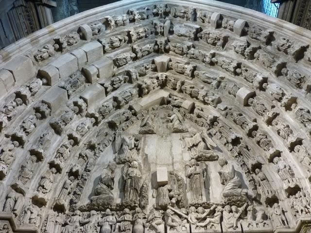 Sur le tympan, la scène du jugement dernier et la représentation de la cour céleste sur les six cordons des voussures.