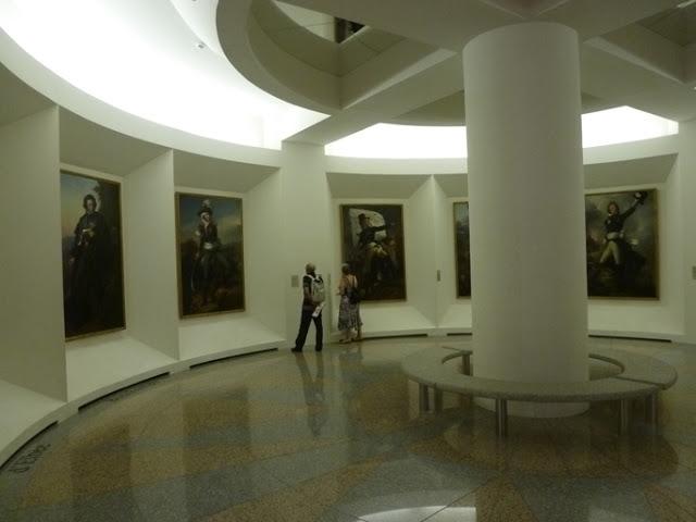 Une salle circulaire présente les grands généraux vendéens