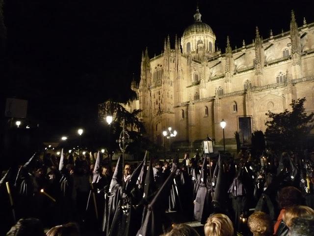 Une procession de la fraternité de la cathédrale