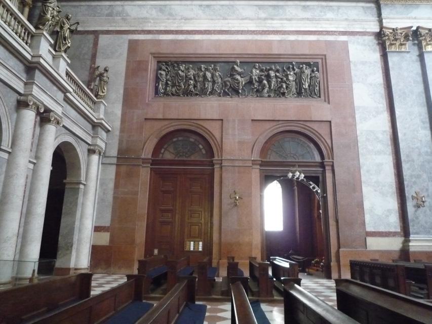 Entrée de la chapelle dans la nef. Seul vestige de la cathédrale détruite par les ottomans.