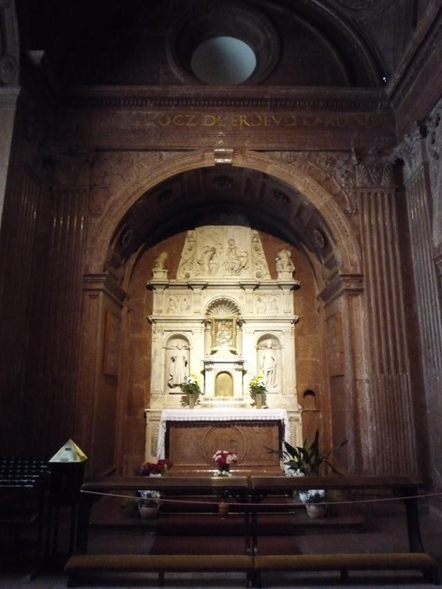 L'autel, seul élément en marbre blanc