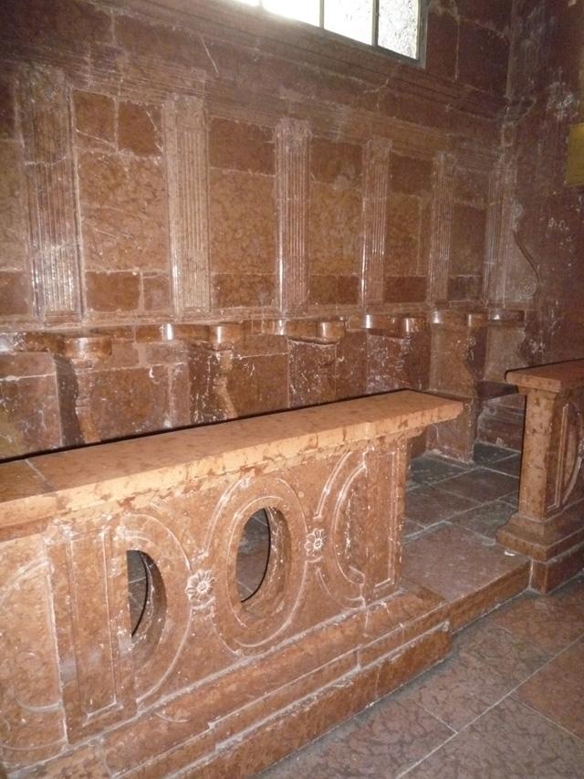 Les stalles sont également en marbre rouge.