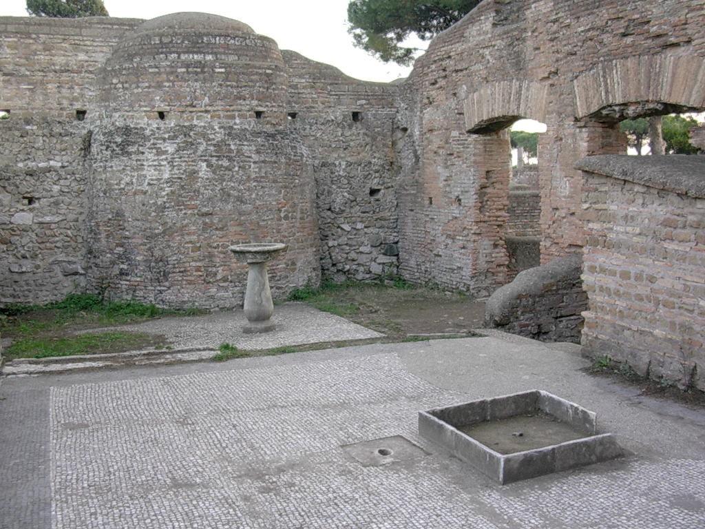 La cour avec la fontaine