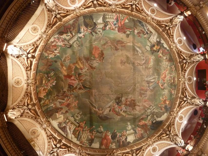 Le plafond de la salle est décorée par une toile marouflée (on peut distinguer la trace des poutres métalliques)
