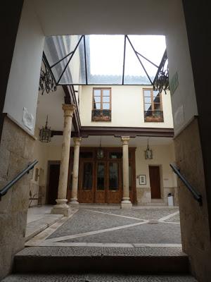 Le patio et ses colonnes, seules vestiges du premier palais