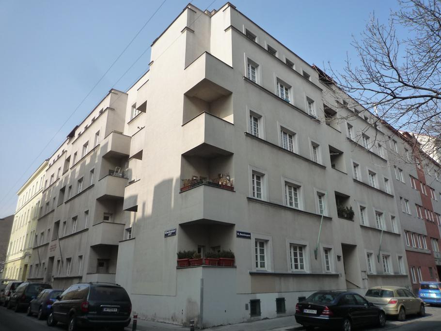 L'appartement d'Anton Brenner se situe à l'angle au 2ème étage