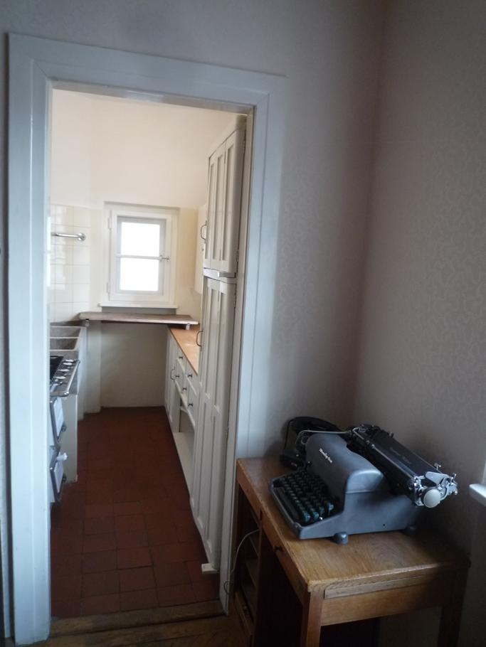 La cuisine et sa porte de placard à droite