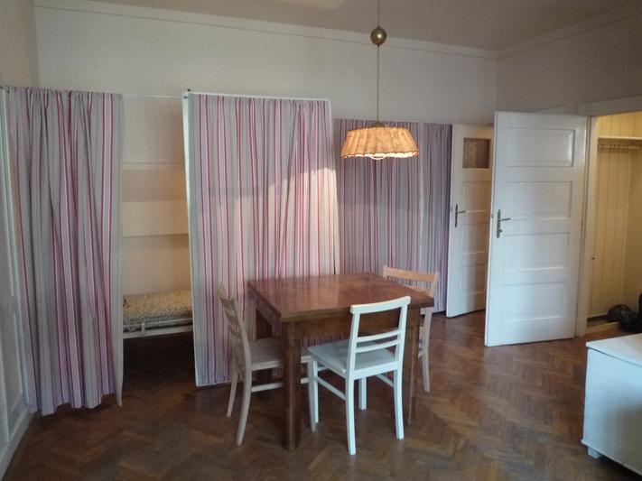 La salle de séjour et les deux lits pliables dont un est déplié