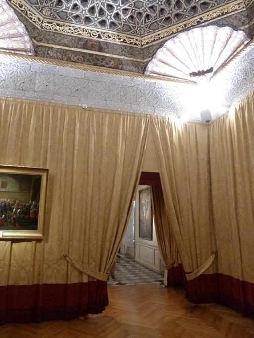 L'unique entrée du salon se fait par la galerie.