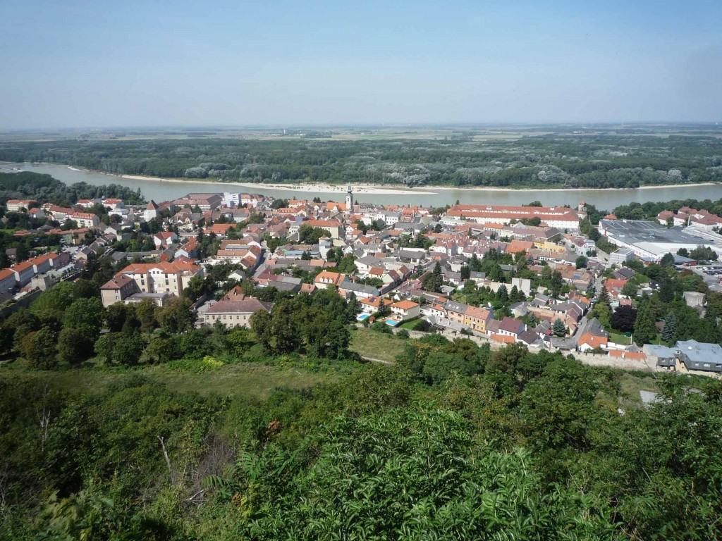 Hainburg vue depuis le Schlossberg (la porte de Vienne est à gauche)