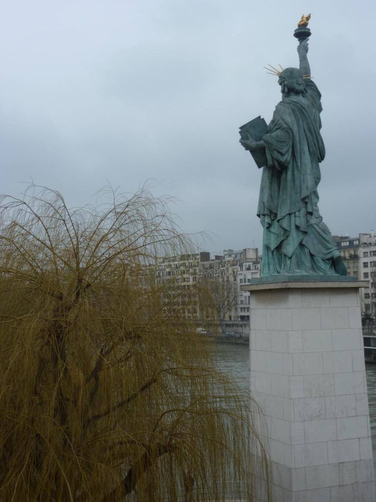 La statue était d'abord orientée dans l'autre sens, pour ne pas tournée le dos à l'Élysée.