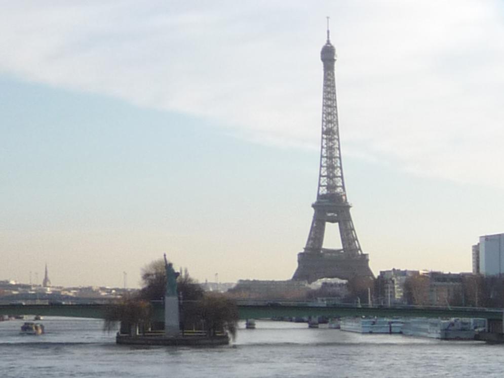 La statue de la Liberté devant la tour Eiffel