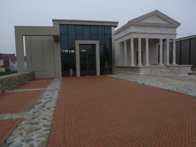 Un bâtiment à l'architecture contemporaine reprend en partie le plan du portique antique.