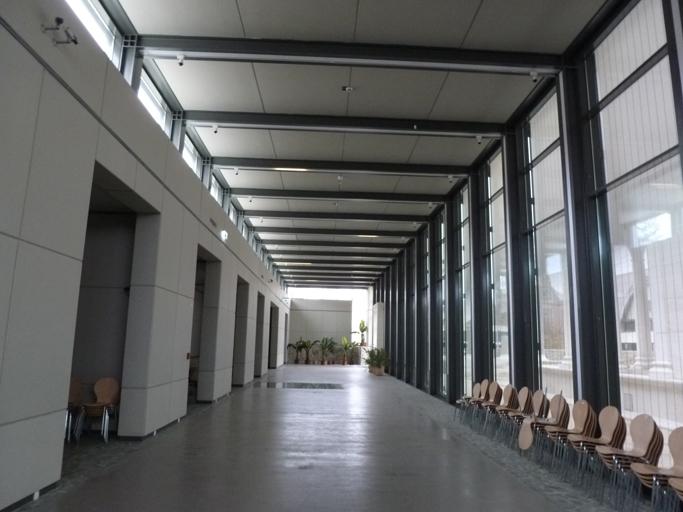 """A l'intérieur du portique """"contemporain"""", des plaques de verre au sol permettent de voir les vestiges antiques."""