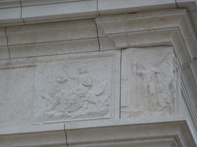 Le bas relief d'Isis sur son chien Sirius a été reconstitué dans la frise du temple.
