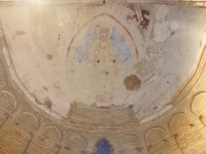 Reste de fresque du XIIIe siècle dans l'abside représentant le Christ pantokrator ou en majesté encadré par le tétramorphe.