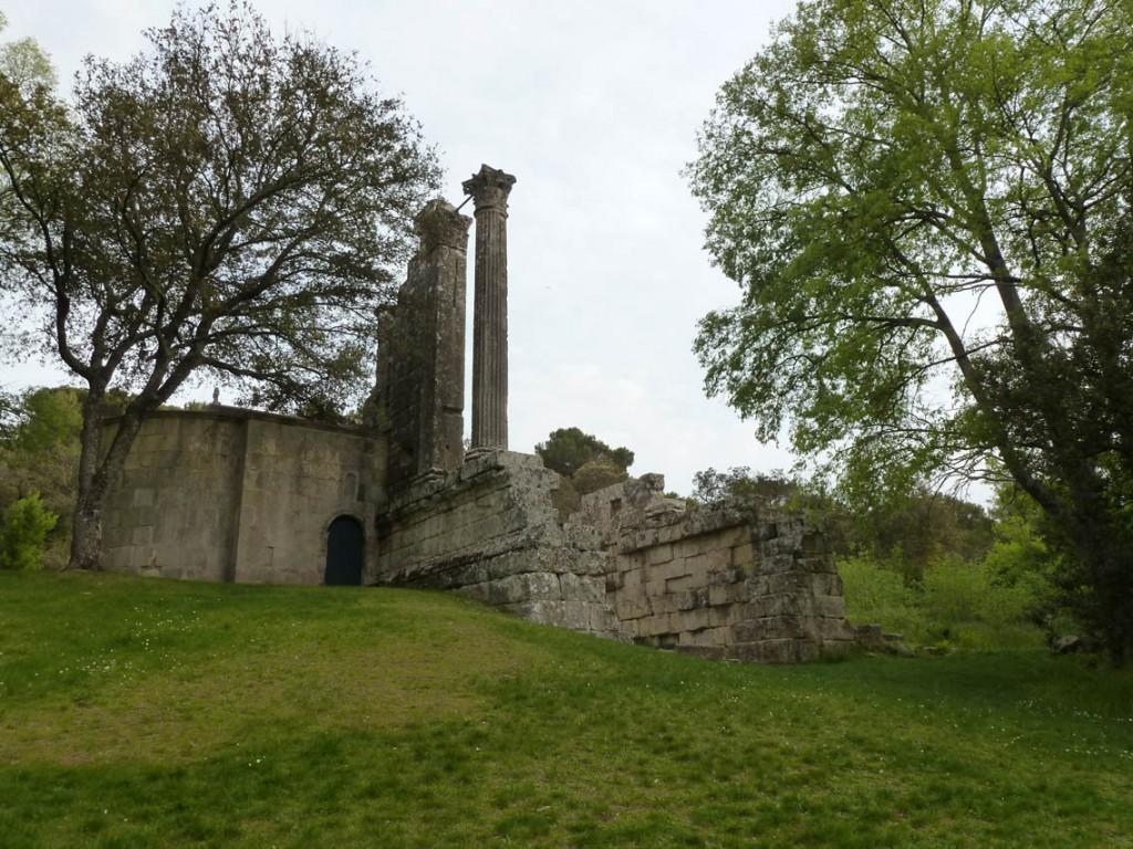 La chapelle Saint-Cézaire (XIIème) et le temple gallo-romain (Ier s av. JC)