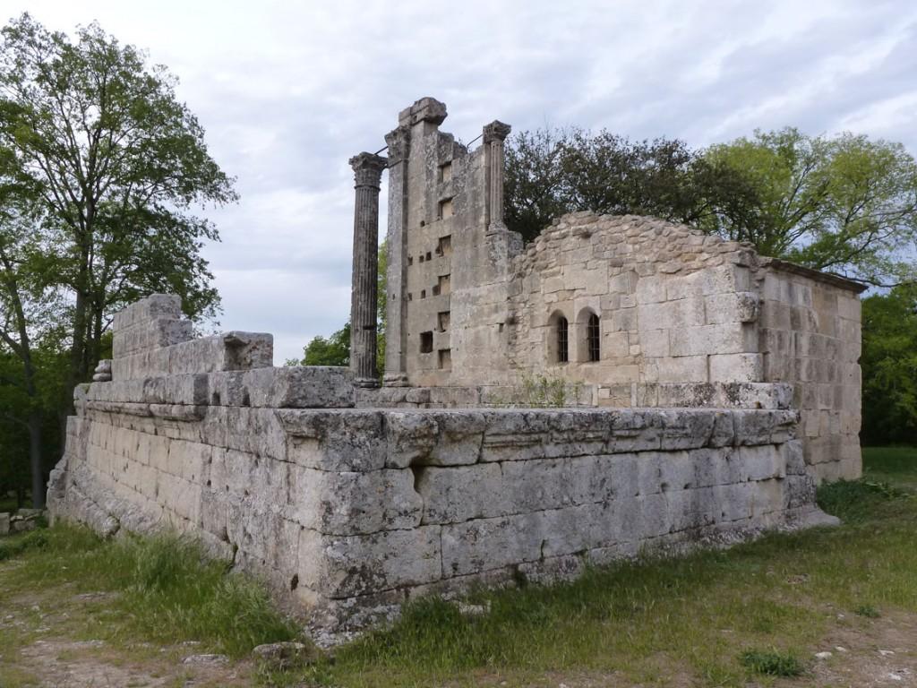 La chapelle a été rajoutée à une église occupant le temple
