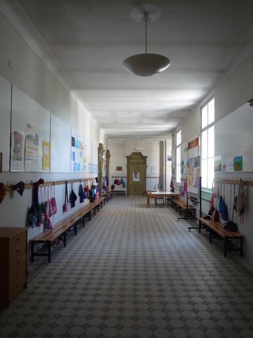 Du couloir, toutes les portes de classe sont identiques