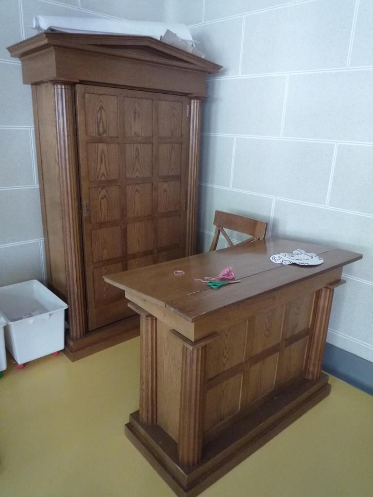 L'armoire et le bureau de instituteur dans la salle dorique.