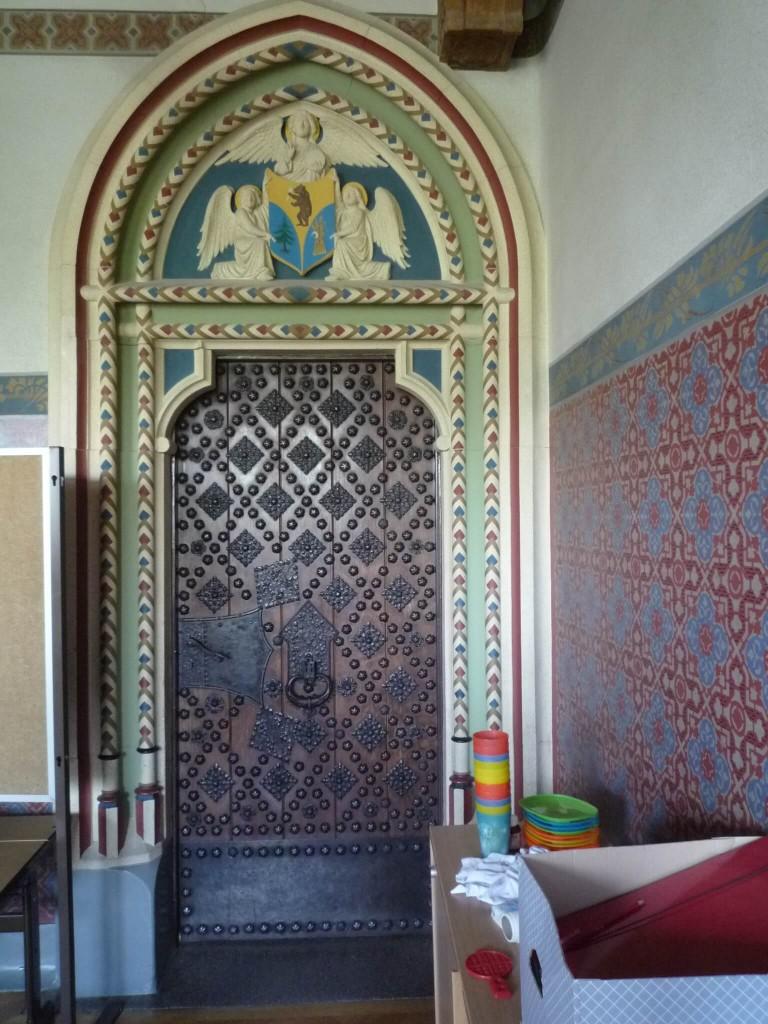 La porte et l'encadrement de la salle gothique