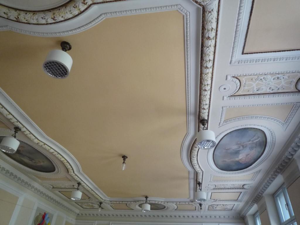 Le plafond de la salle Louis XV
