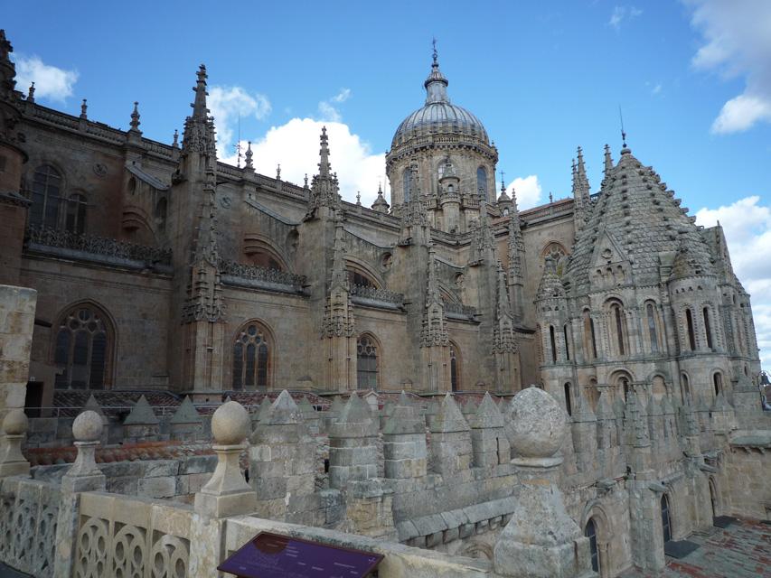 La cathédrale gothique derrière la romane