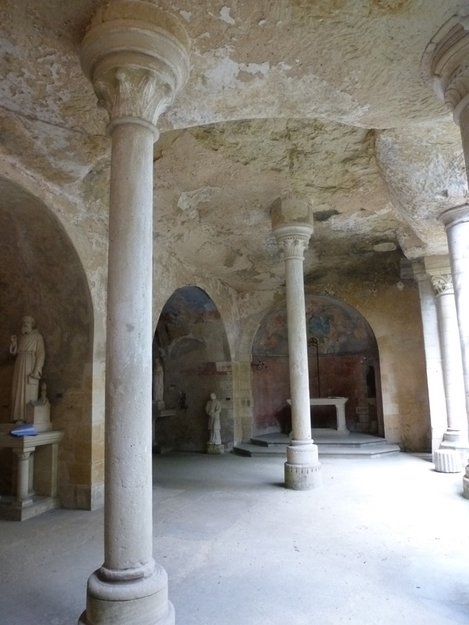 La nef troglodytique (avec l'abside au fond)