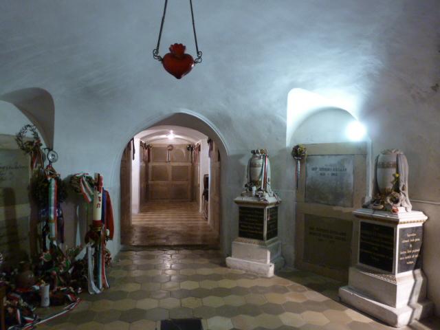 La crypte ovale et les caveaux au fond