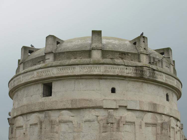 Un bloc unique de pierre d'Istrie couvre le mausolée