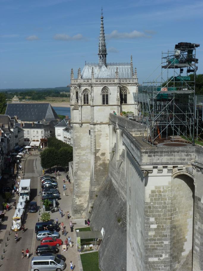 Construite sur les remparts, la chapelle domine le centre historique d'Amboise.