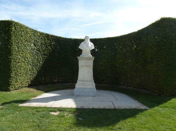 Le buste de Léonard de Vinci à l'emplacement du chœur de l'ancienne collégiale