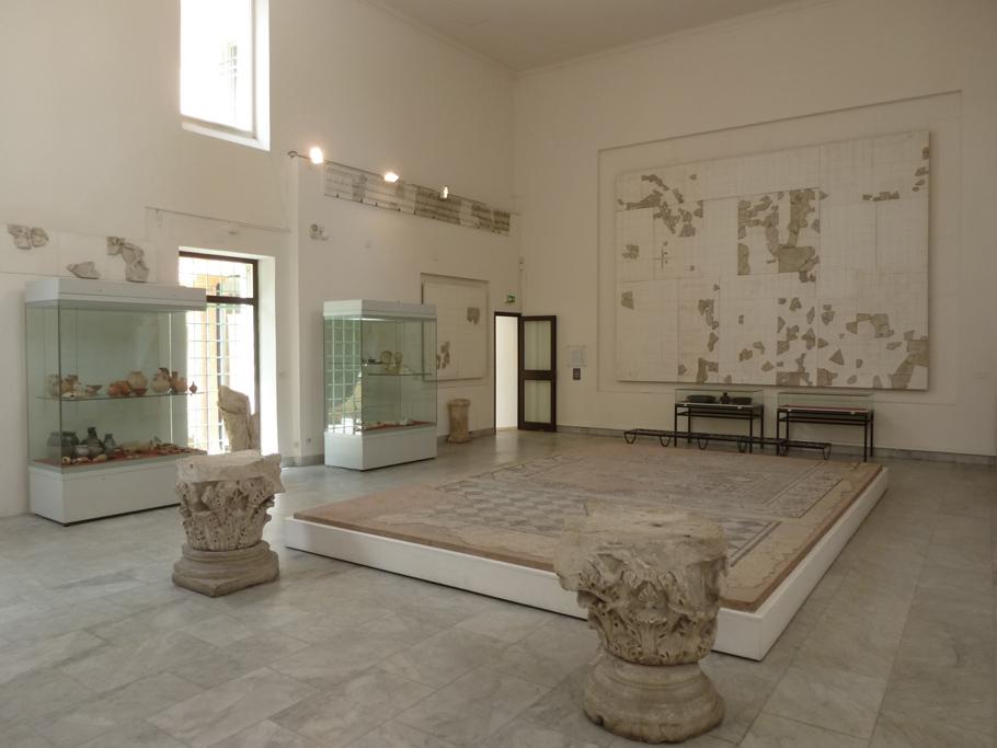 La salle des cadastres avec l'inscription de Vespasien au dessus de la porte et le cadastre B sur le mur du fond