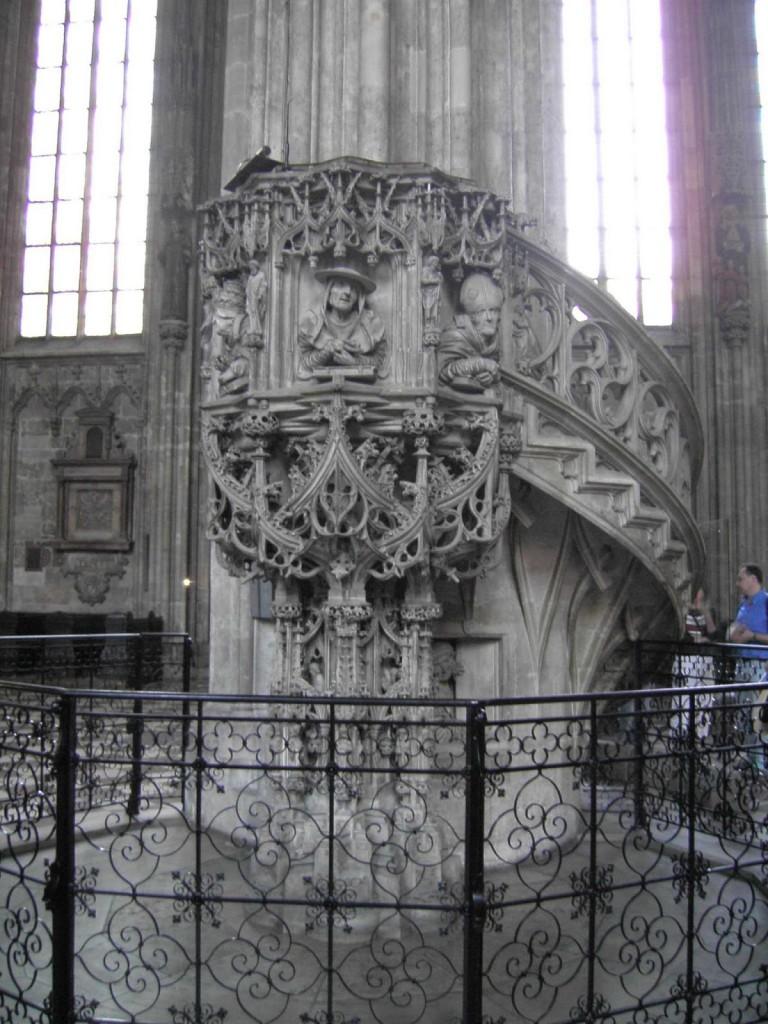 La chaire s'appuie sur une des colonnes de la nef