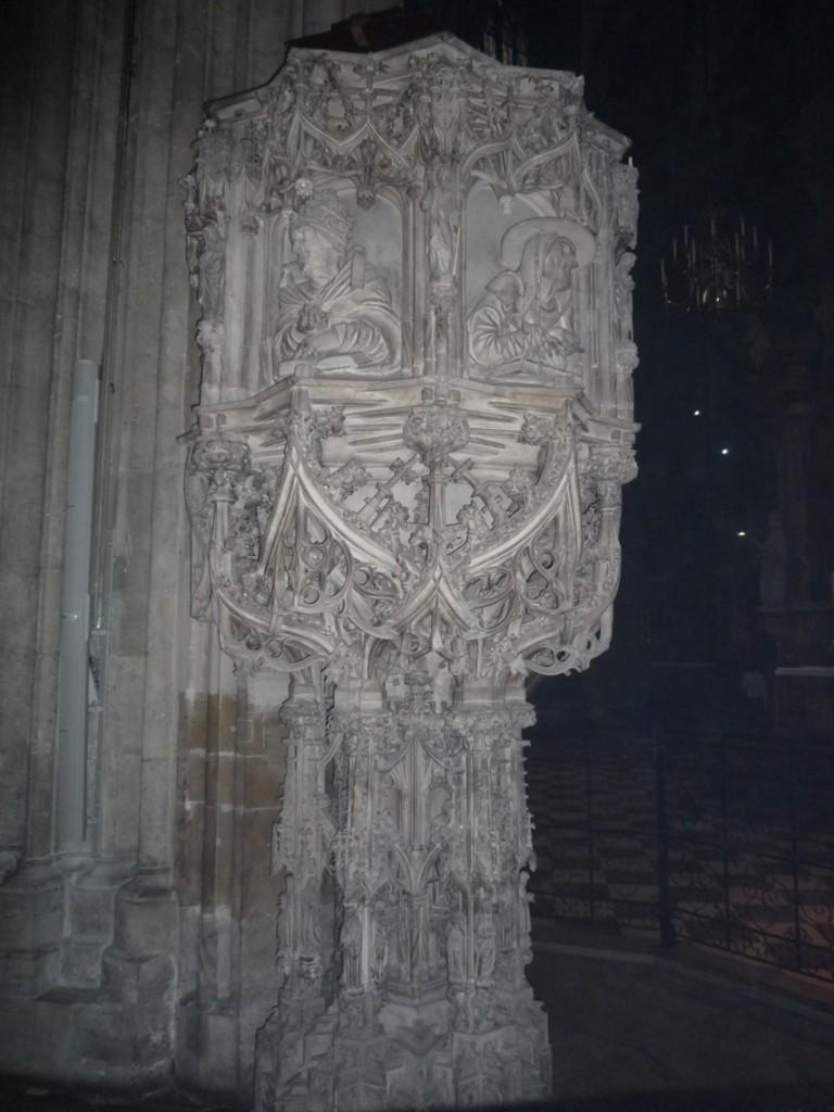 Sur la cuve de la chaire sont représentés: Saint Grégoire et Saint Jérôme