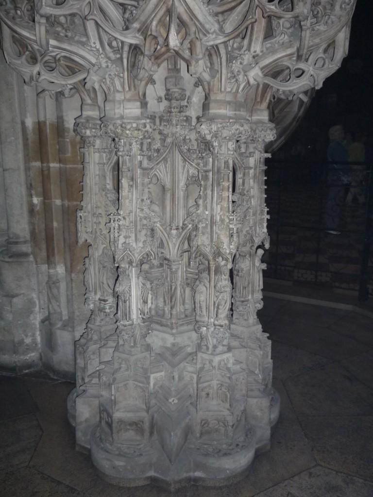 La base de la chaire est décorée des douze Apôtres