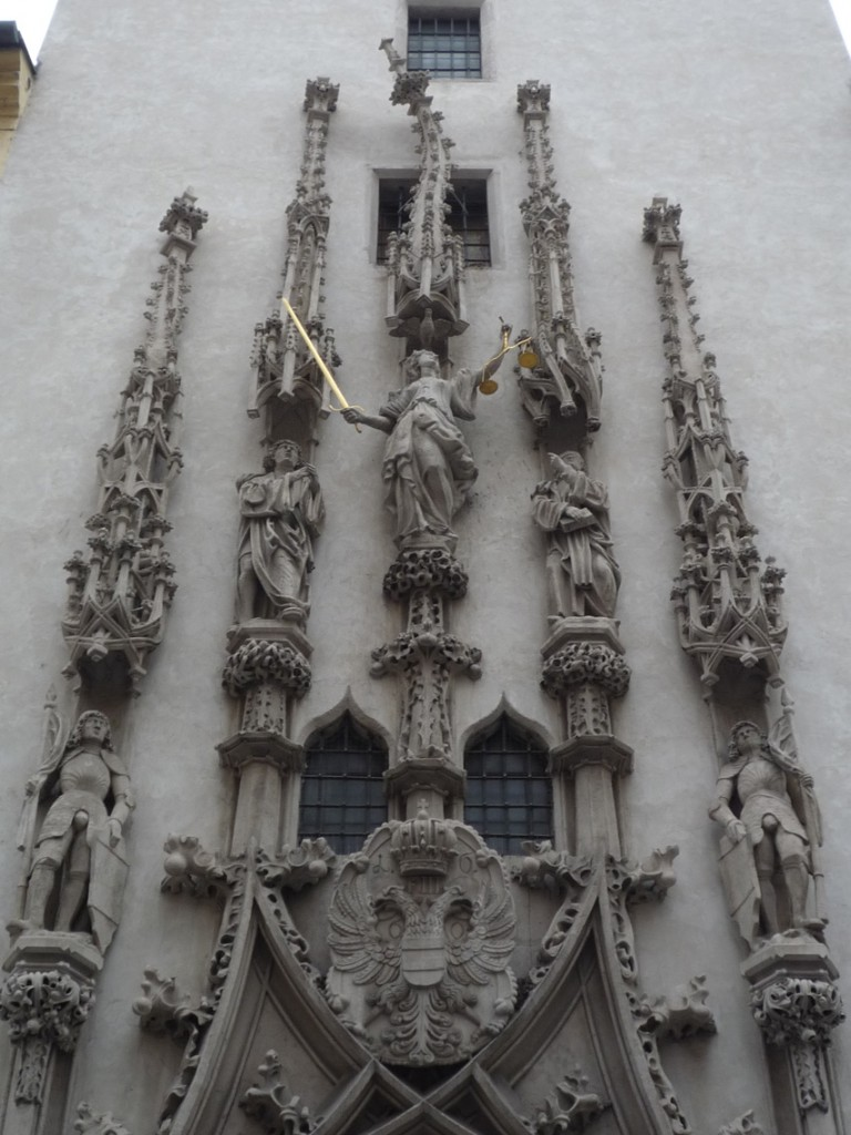Le pinacle central a volontairement été sculpté tordu par Anton Pilgram
