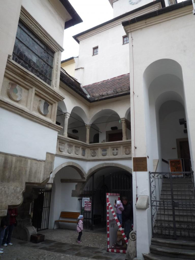 La galerie à arcade Renaissance de l'hôtel de ville, de l'autre côté du passage