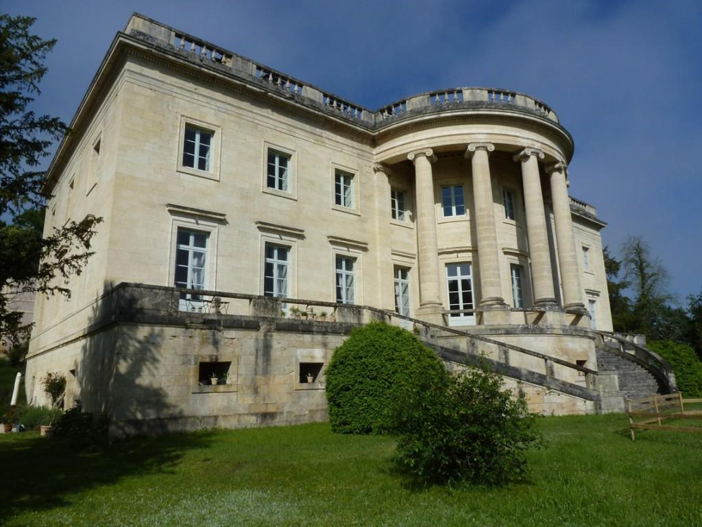 Même colonnade de six colonnes ionique, deux volées d'escaliers circulaires symétriques, toit à l'italienne.