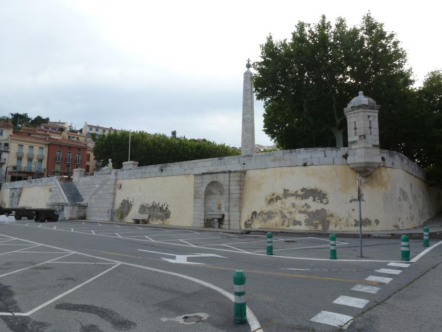 Le mur de soutènement de la place carrée.