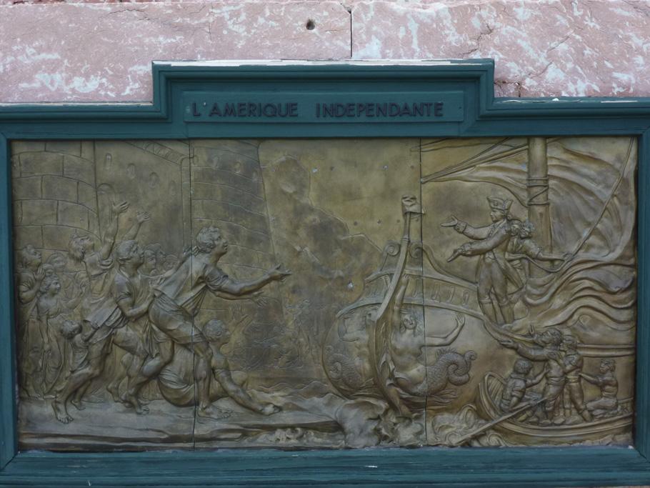 Bas-relief représentant l'arrivée des traités d'alliance aux États-Unis en 1778.