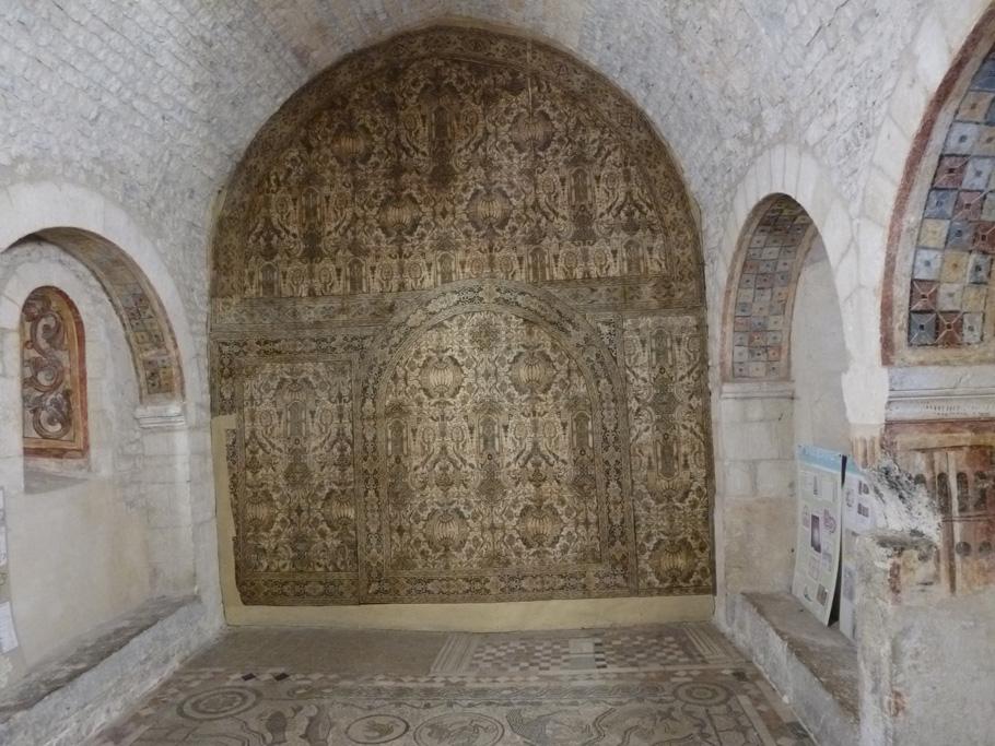 La chapelle Saint-Nicolas avec au sol une partie de la mosaïque dite des quatre fleuves et un papier peint XVIIIe au fond