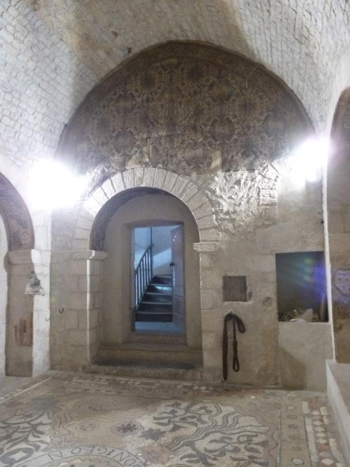 Le chœur de l'ancienne chapelle (emplacement de la porte actuel) n'était pas dans l'axe de la pièce pour permettre l'accès aux remparts (ouverture à moitié bouchée à droite).